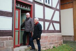 """Bildunterschrift: Mit dem Projekt Kulturelles Dorfarchiv"""" geht es aufwärts. Darüber freuen sich Theodor Gölzhäuser (links) und Joachim Deegener vom Heimat- und Kulturverein e.V."""